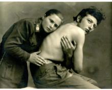 Maria Peron, medico di brigata, sottopone ad auscultazione un partigiano (ricostruzione del dopoguerra).